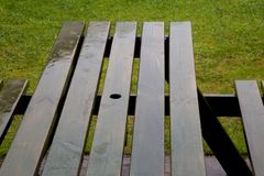 Βροχή σε έναν πάγκο πικ-νίκ σε ένα πάρκο Στοκ εικόνες με δικαίωμα ελεύθερης χρήσης