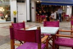 Βροχή σε Blois, τις υγρούς καρέκλες και τους πίνακες σε έναν υπαίθριο καφέ E r στοκ φωτογραφίες με δικαίωμα ελεύθερης χρήσης