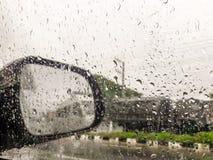 Βροχή στα παράθυρα και reaview τους καθρέφτες αυτοκινήτων στοκ εικόνα με δικαίωμα ελεύθερης χρήσης