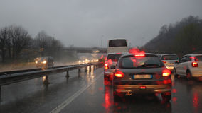 Βροχή στην κυκλοφορία αυτοκινητόδρομων Στοκ φωτογραφία με δικαίωμα ελεύθερης χρήσης