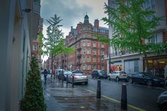 Βροχή στην οδό στη νεφελώδη ημέρα στοκ φωτογραφία