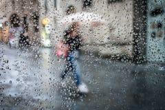 Βροχή στην οδό και τη σκιαγραφία στοκ εικόνα με δικαίωμα ελεύθερης χρήσης