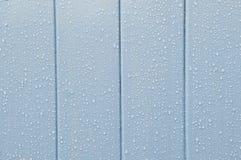 Βροχή στη χρωματισμένη ξύλινη πόρτα Στοκ Εικόνες