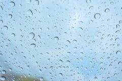Βροχή στο παράθυρο, φυσικό δέρμα της βροχής η φυσική μορφή όμβριων υδάτων σε ένα υπόβαθρο ουρανού στοκ εικόνες