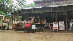 βροχή, τρόφιμα οδών, Καμπότζη απόθεμα βίντεο
