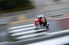 βροχή Τόκιο πιτσών παράδοση& Στοκ Φωτογραφία