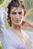βροχή brunette μπλουζών που στέκεται άσπρη στοκ φωτογραφίες