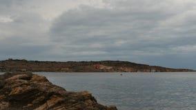Βροχερά σύννεφα στο της Μάλτα τοπίο και το βράχο μεταλλευμάτων - χρονικό σφάλμα απόθεμα βίντεο