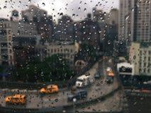 Βροχερή άποψη πόλεων της Νέας Υόρκης ανωτέρω από την τροχιοδρομική γραμμή νησιών Roosevelt στα κτήρια σε Midrown Στοκ Φωτογραφίες