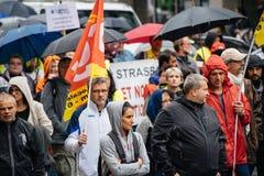 Βροχερή ημέρα κατά τη διάρκεια του πολιτικού Μαρτίου κατά τη διάρκεια γαλλική σε εθνικό επίπεδο day ag Στοκ Εικόνες
