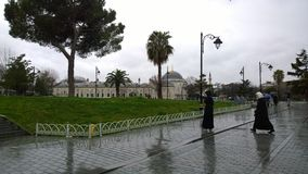 Βροχερή ημέρα κοντά στο μπλε μουσουλμανικό τέμενος Στοκ Φωτογραφία