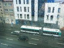 Βροχερή ημέρα μέσω του βροχερού παραθύρου Στοκ Φωτογραφία