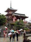 Βροχερή ημέρα σε έναν ιαπωνικό ναό Στοκ φωτογραφία με δικαίωμα ελεύθερης χρήσης
