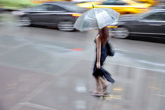 Βροχερή ημέρα στην πόλη στη θαμπάδα κινήσεων στοκ φωτογραφίες