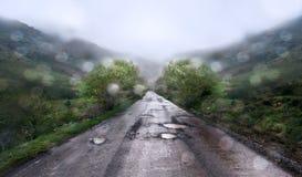 Βροχερή ημέρα στο υπόβαθρο βουνών Στοκ εικόνες με δικαίωμα ελεύθερης χρήσης