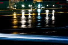 Βροχερή κυκλοφορία νύχτας μπροστά από τη σήραγγα Στοκ εικόνες με δικαίωμα ελεύθερης χρήσης