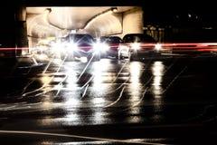 Βροχερή κυκλοφορία νύχτας μπροστά από τη σήραγγα Στοκ φωτογραφία με δικαίωμα ελεύθερης χρήσης