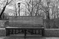 Βροχερή Νέα Υόρκη - πάγκος και φωτεινός σηματοδότης πάρκων μονοχρωματικοί Στοκ Φωτογραφία