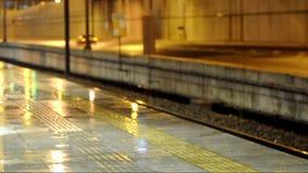 Βροχερή νύχτα εκτός από τον υψηλό τρόπο ραγών απόθεμα βίντεο