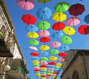 Βροχερή προστασία ημέρας με τις πετώντας ομπρέλες σε ένα φεστιβάλ θερινών οδών Στοκ Εικόνες