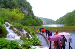 Βροχεροί τουρίστες καταρρακτών βουνών Στοκ εικόνες με δικαίωμα ελεύθερης χρήσης