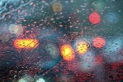 βροχερός δρόμος πόλεων windshild Στοκ Φωτογραφία