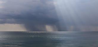 Βροχερός καιρός πέρα από τη θάλασσα Στοκ εικόνες με δικαίωμα ελεύθερης χρήσης
