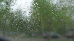 Βροχερός και θυελλώδης καιρός κατά τη διάρκεια ενός τυφώνα και ενός χαλαζιού - δείτε από ένα θερμό αυτοκίνητο μέσω του παραθύρου  απόθεμα βίντεο