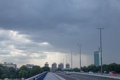 Βροχερό απόγευμα σε Brankov γέφυρα του περισσότερου Branko με νέο Βελιγράδι Novi beograd και πύργος Usce στο υπόβαθρο στοκ εικόνα με δικαίωμα ελεύθερης χρήσης