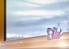Βροχερό κείμενο που γράφεται στο ομιχλώδες παράθυρο στοκ εικόνες με δικαίωμα ελεύθερης χρήσης