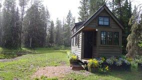 Βροχερό μικροσκοπικό σπίτι στοκ φωτογραφίες με δικαίωμα ελεύθερης χρήσης