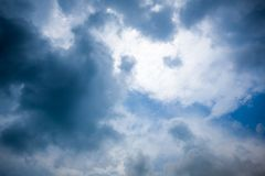 Βροχερό σύννεφο πριν από τον ερχομό θερινής θύελλας Στοκ εικόνες με δικαίωμα ελεύθερης χρήσης