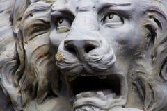 Βρυμένος άσπρο άγαλμα λιονταριών στοκ φωτογραφία