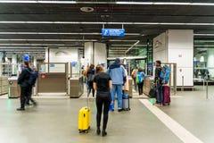 Βρυξέλλες, Βέλγιο, το Μάιο του 2019 Βρυξέλλες, σταθμός τρένου αερολιμένων, άνθρωποι στον έλεγχο εισιτηρίων στοκ φωτογραφίες