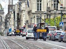 ΒΡΥΞΕΛΛΕΣ - 26 ΑΠΡΙΛΊΟΥ: Τουρίστες που οδηγούν το ποδήλατο μπύρας κοντά στο βασιλικό πάρκο στις Βρυξέλλες Φωτογραφία που λαμβάνετ στοκ εικόνα