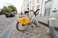 ΒΡΥΞΕΛΛΕΣ - 1 ΜΑΐΟΥ 2015: Δημόσιος χώρος στάθμευσης ποδηλάτων Η μετάβαση με το ποδήλατο είναι α Στοκ εικόνες με δικαίωμα ελεύθερης χρήσης