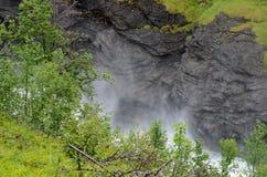 Βρυχηθμός του καταρράκτη με το υδρατμό και την υδρονέφωση Στοκ Φωτογραφία