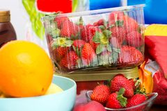 Βρωμίστε στον πίνακα κουζινών με τα φρούτα στοκ φωτογραφίες με δικαίωμα ελεύθερης χρήσης