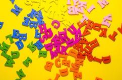 Βρωμίστε των χρωματισμένων αλφαβητικών γραμμάτων στοκ εικόνες