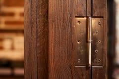 Βρόχος σε μια ξύλινη πόρτα στο ύφος σοφιτών Στοκ φωτογραφία με δικαίωμα ελεύθερης χρήσης