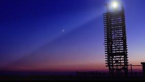 Βρόχος του ξύλινου φάρου στην παραλία και του φεγγαριού στο μπλε ουρανό απόθεμα βίντεο