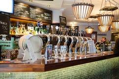 Βρύσες μπύρας σε έναν φινλανδικό φραγμό Στοκ φωτογραφία με δικαίωμα ελεύθερης χρήσης