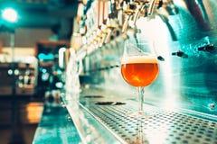 Βρύσες μπύρας σε ένα μπαρ Στοκ Φωτογραφία