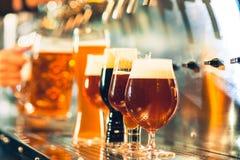 Βρύσες μπύρας σε ένα μπαρ στοκ εικόνες με δικαίωμα ελεύθερης χρήσης