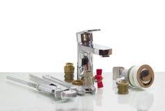 Βρύση αναμικτών, γαλλικό κλειδί υδραυλικών, διευθετήσιμο γαλλικό κλειδί και διάφορο plumbin Στοκ φωτογραφία με δικαίωμα ελεύθερης χρήσης