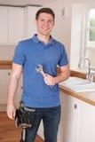 Βρύση κουζινών καθορισμού υδραυλικών με το διευθετήσιμο γαλλικό κλειδί Στοκ Φωτογραφίες