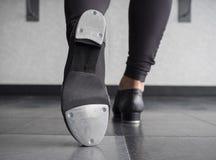 Βρύση toe στα παπούτσια βρυσών με μια πίσω άποψη Στοκ Εικόνα