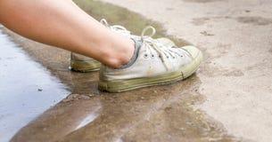 Βρώμικα άσπρα παπούτσια στο πάτωμα Στοκ εικόνα με δικαίωμα ελεύθερης χρήσης
