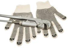 Βρώμικα γάντια δέρματος και γαλλικό κλειδί πιθήκων Στοκ φωτογραφία με δικαίωμα ελεύθερης χρήσης