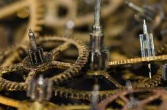 Βρώμικα και ρυπαρά εκλεκτής ποιότητας μεταλλικά εργαλεία ρολογιών σε μια μαύρη επιφάνεια Στοκ φωτογραφία με δικαίωμα ελεύθερης χρήσης